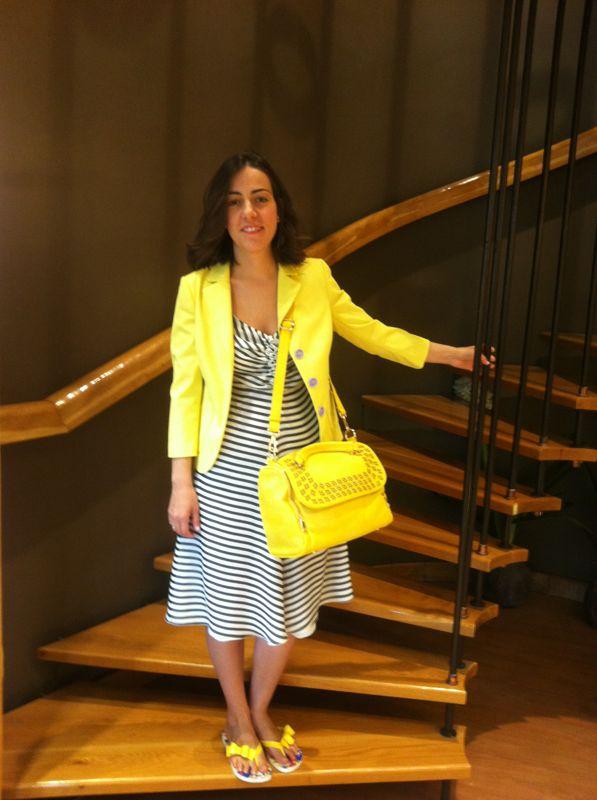 Vestido de Armani Collezioni. Chaqueta y chanclas mujer Moschino. Bolso I blues