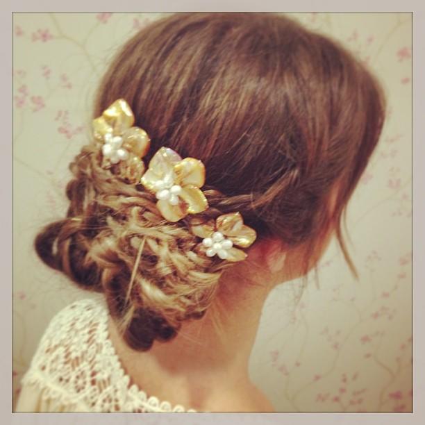 recogido tocado con flores setlan moda