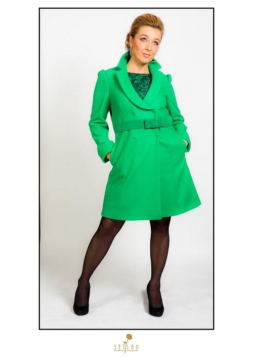 Cristina con abrigo  verde de Red Valentino