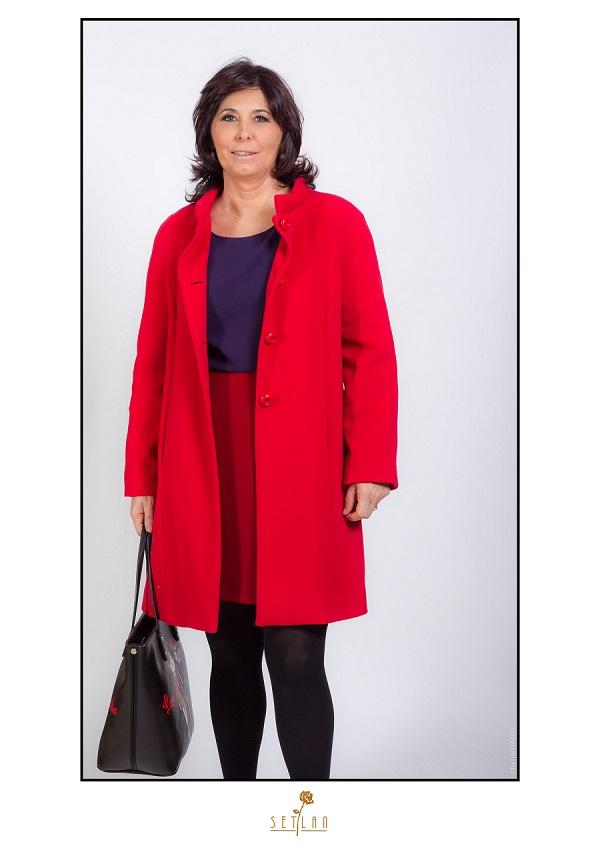 lucia con abrigo rojo de cashemere