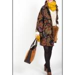 Angela con abrigo estampado floral de Love Moschino