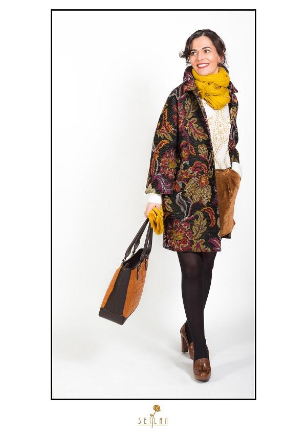 Angela con abrigo estampado de Love Moschino